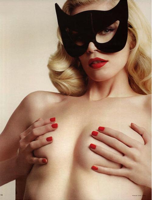 Claudia_schiffer_bat_masked